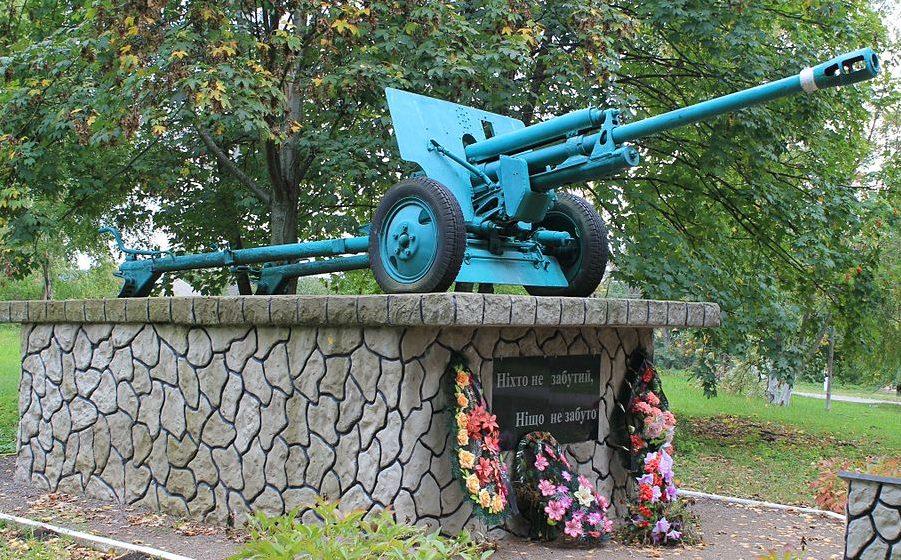 с. Сосновая Переяслав-Хмельницкого р-на. Памятник в центре села, установленный в 1954 году на братской могиле воинов, погибших в годы войны.
