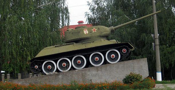 г. Яготин. Памятник-танк Т-34, установленный на площади Героев-танкистов в 1981 году в память о воинах, освободивших город.