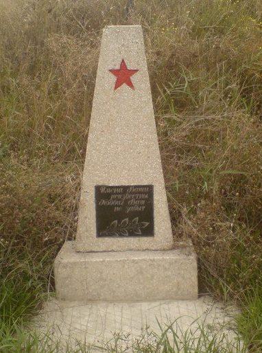 с. Беленькое Белгород-Днестровского р-на. Обелиск, установленный на братской могиле, в которой похоронено 4 воина, погибших в годы войны.