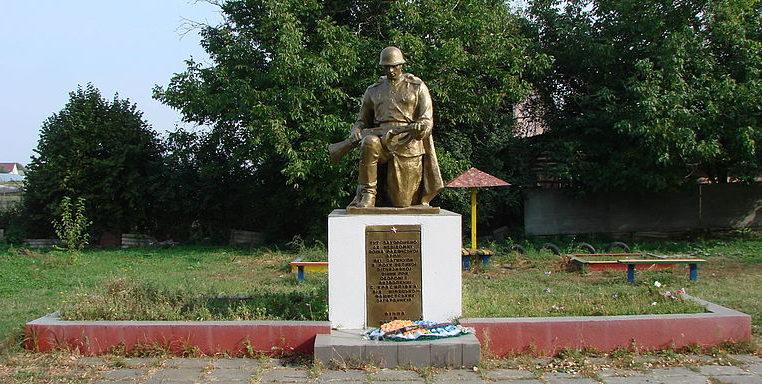 с. Красиловка Броварского р-на. Памятник у клуба, установленный в 1953 году на братской могиле воинов, погибших в годы войны.