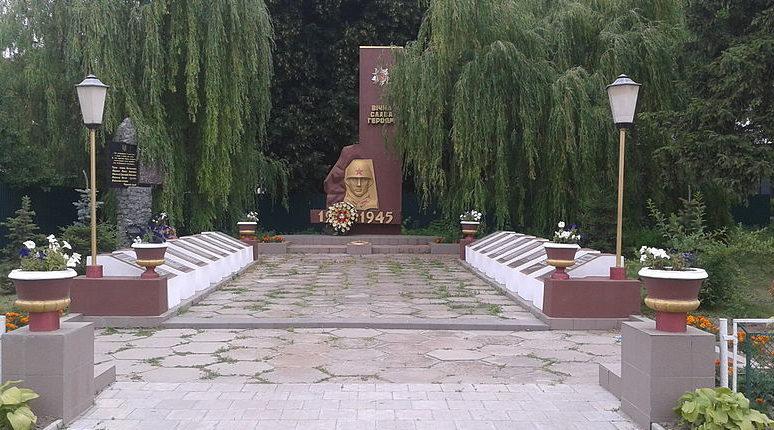 с. Красиловка Броварского р-на. Памятник у сельсовета, установленный в 1970 году на братской могиле воинов, погибших в годы войны.