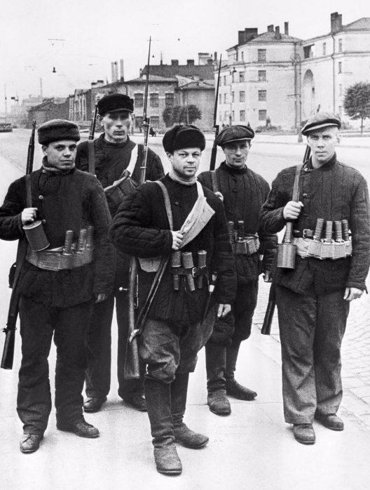 Бойцы рабочего отряда Фрунзенского р-на Ленинграда патрулируют город. 1941 г.