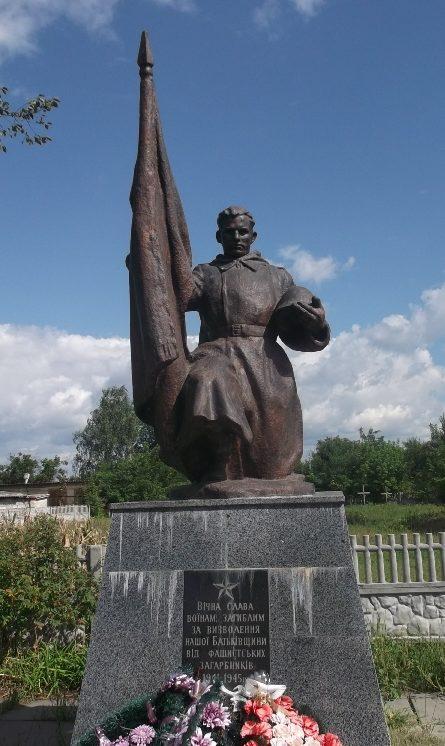 с. Летки Броварского р-на. Памятник в центре села, установленный на братской могиле воинов-освободителей.