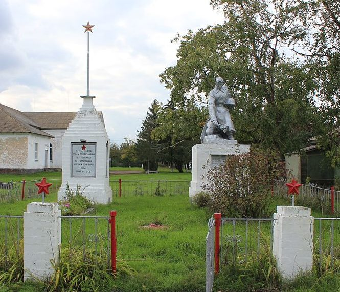 с. Ташань Переяслав-Хмельницкого р-на. Памятники у сельского совета, установленные в 1963 году в честь погибших воинов и односельчан в годы войны.