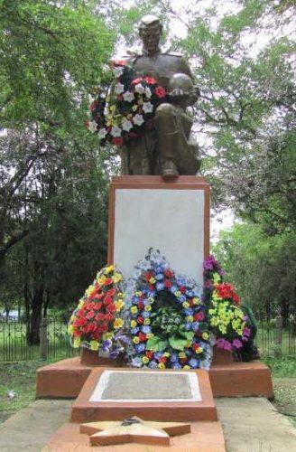 с. Дальничень Белгород-Днестровского р-на. Памятник у школы, установленный в 1971 году воинам-односельчанам, погибших в годы войны.