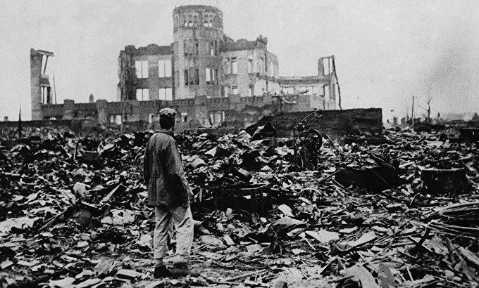 Выжившие у здания Выставочного центра Торгово-промышленной палаты. Август 1945 г.