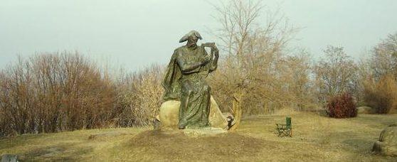 Памятник былинному персонажу Баяну.