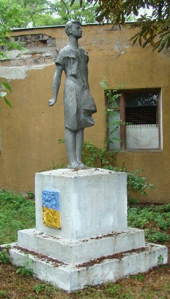 г. Одесса. Памятник З. Космодемьянской, установленный в 1972 году на территории детского туберкулезного санатория, размещенного на улице ее имени.