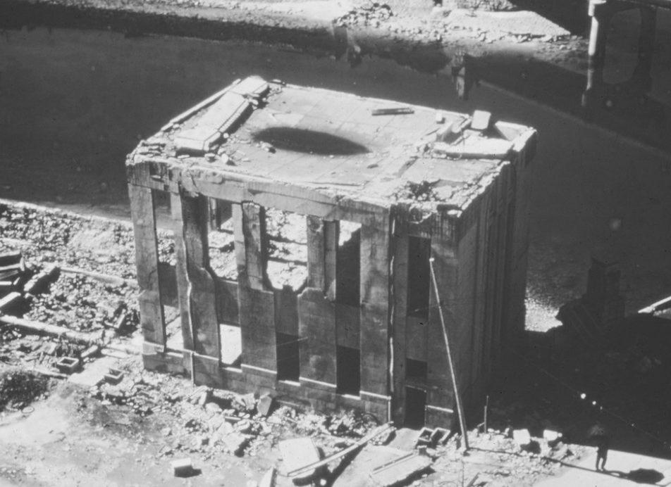 Уничтоженное здание на набережной Хиросимы. 1945 г.