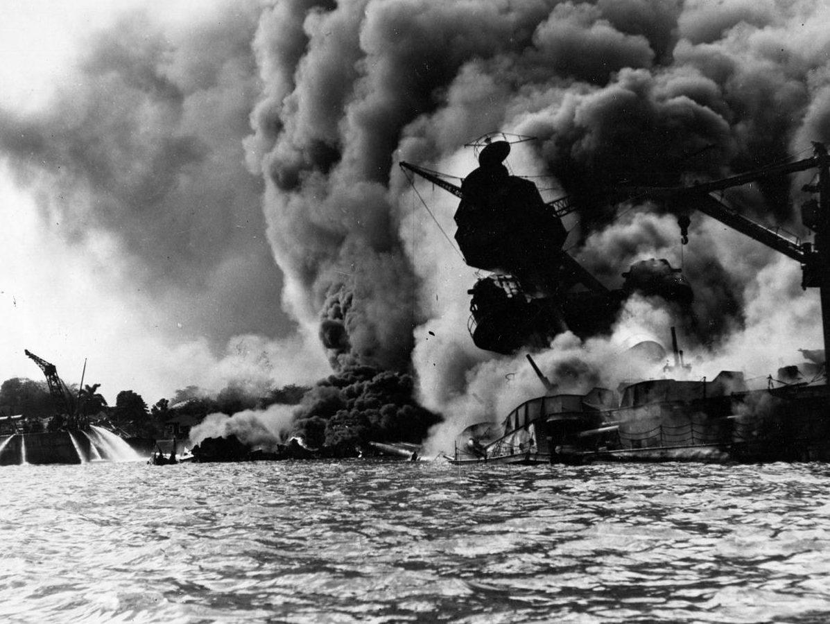 Линкор «Аризона» горит после японской бомбардировки. 7 декабря 1941 г.
