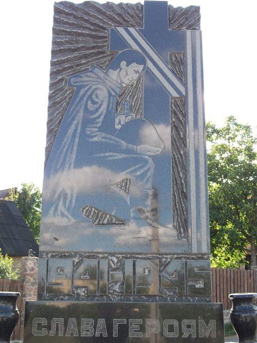 с. Подгорцы Обуховского р-на. Памятник в центре села советскому летчику.
