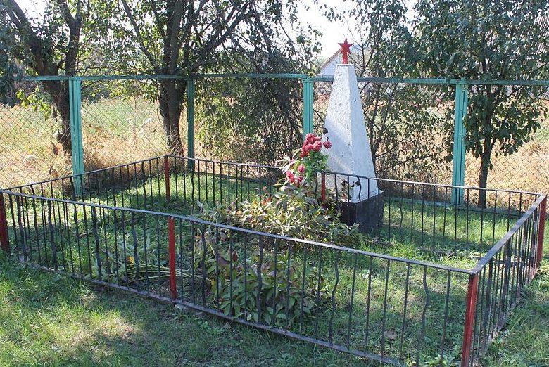 с. Ульяновка Переяслав-Хмельницкого р-на. Памятник, установленный в 1966 году на братской могиле воинов, умерших в госпитале от ран в сентябре-декабре 1943 года.