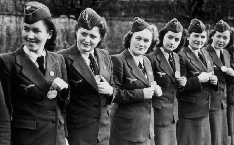 Женщины-служащие вспомогательной зенитной службы Люфтваффе.