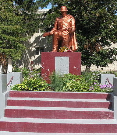 с. Плоское Броварского р-на. Памятник у Дома культуры, установленный в 1983 году воинам-односельчанам, погибшим в годы войны.