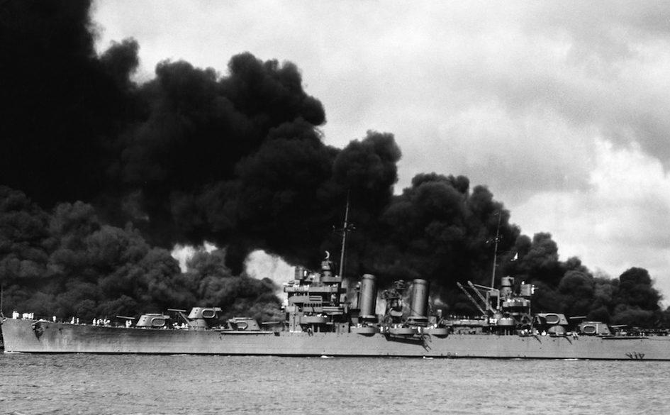 Горит легкий крейсер «Phoenix», линкоры «Западная Вирджиния» и «Аризона», после японской бомбардировки в Перл-Харборе. 7 декабря 1941 г.