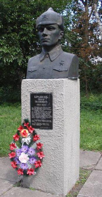 Бюст Герою Советского Союза И.И. Бронцу.
