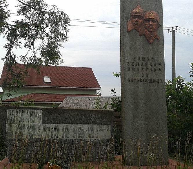 с. Погребы Броварского р-на. Памятник, установленный в 1965 году, погибшим землякам в годы войны.