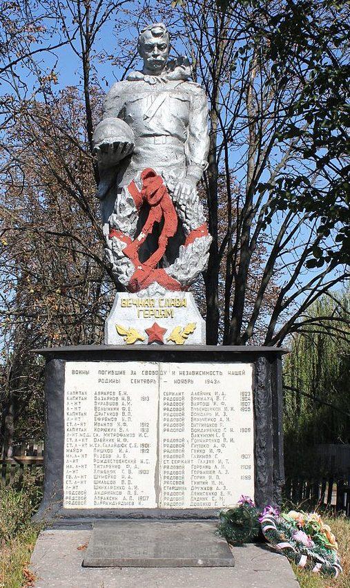 с. Хоцьки Переяслав-Хмельницкого р-на. Памятник в центре села, установленный в 1954 году на братской могиле воинов, погибших в годы войны.