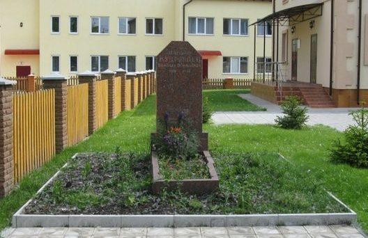 с. Погребы Броварского р-на. Памятник у Дома культуры, установленный в 1964 году на могиле лейтенанта Кудрявцева Н.Б. который погиб в сентябре 1943 года.