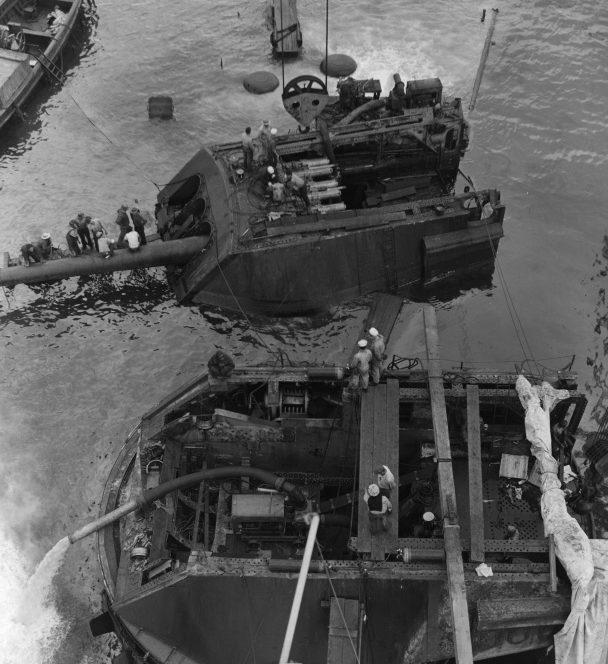 Демонтаж орудийной башни с линкора «Аризона». 25 февраля 1942 г.