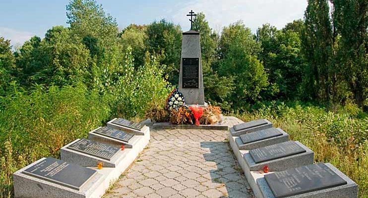 Урочище Розкопана Обуховского р-на. Мемориал, сооруженный в 2011 году на месте захоронения расстрелянных 700 мирных жителей Обуховского района 1 июля 1943 года.