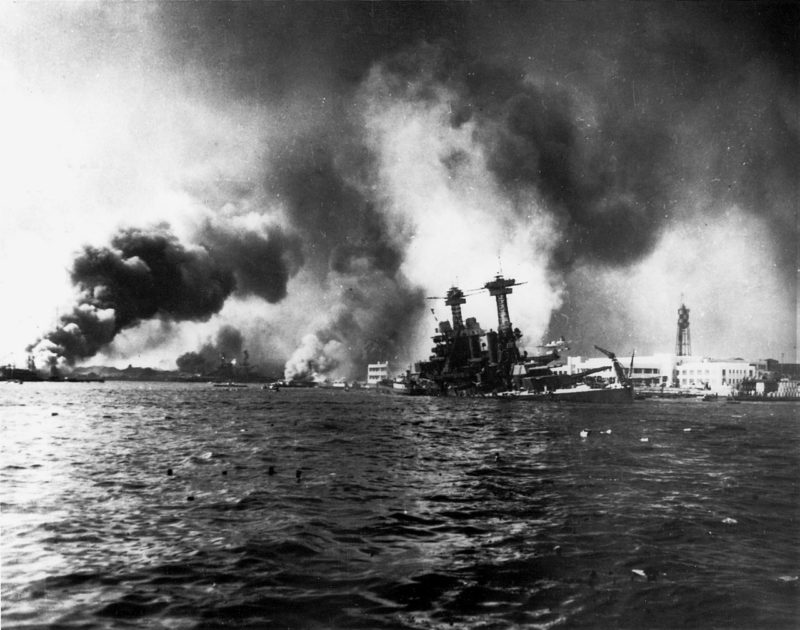 Линкор «Калифорния» тонет. Перл Харбор. 7 декабря 1941 г.
