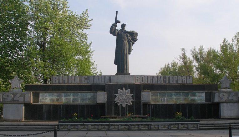 с. Бурты Кагарлыкского р-на. Мемориал на братской могиле воинов, в которой похоронено 18 воинов, погибших при освобождении села.