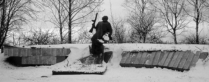 с. Цыбли Переяслав-Хмельницкого р-на. Памятник у клуба, установленный в 1972 году на братской могиле воинов погибшим в годы войны. Среди захороненных - Герой Советского Союза Абдршин Р.Х.