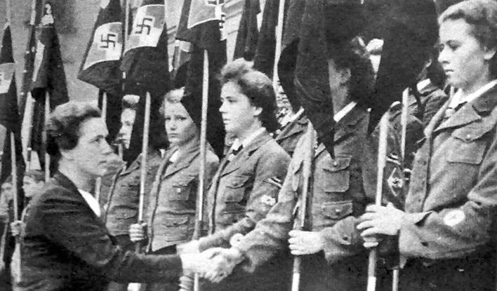 Ютта Рюдигер среди воспитанниц BDM.