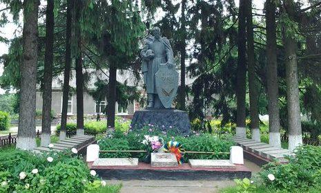 с. Великие Прицки Кагарлыкского р-на. Памятник на братской могиле, в которой захоронено 292 советских воина, погибших в годы войны.