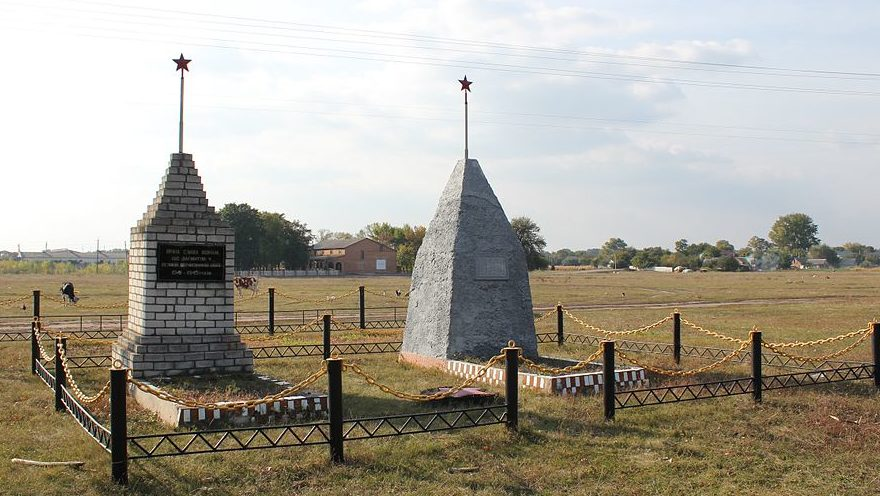 с. Шевченково Переяслав-Хмельницкого р-на. Памятники возле школы, установленные в 1966 году воинам, погибшим в годы войны и односельчанам, не вернувшимся с войны.