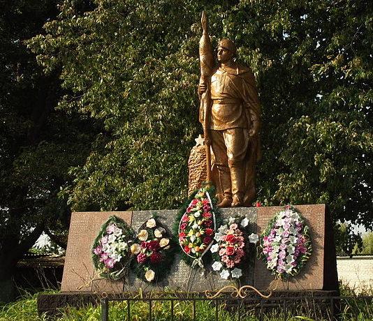 с. Королевка Макаровского р-на. Памятник в центре села, павшим воинам в годы войны.