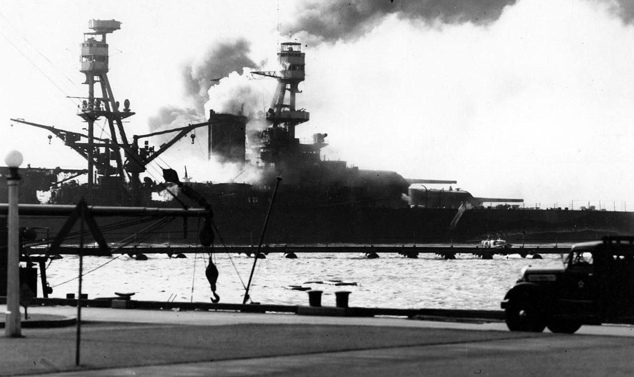 Линкор «Невада» горит. Перл Харбор. 7 декабря 1941 г.