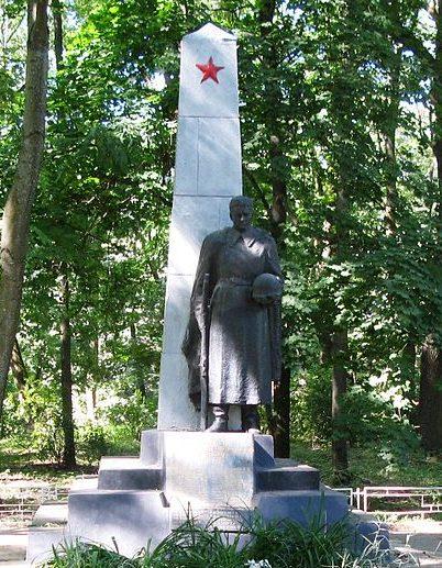 г. Кагарлык. Памятник по улице Воровского, установленный на братской могиле воинов, погибших в январе 1943 года при освобождении города.