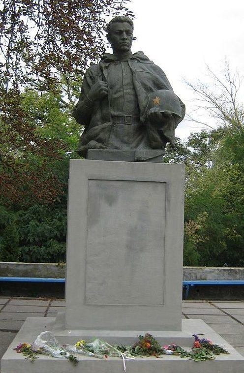 г. Яготин. Памятник на территории сахарного завода, установленный в 1953 году воинам, погибшим в годы войны.