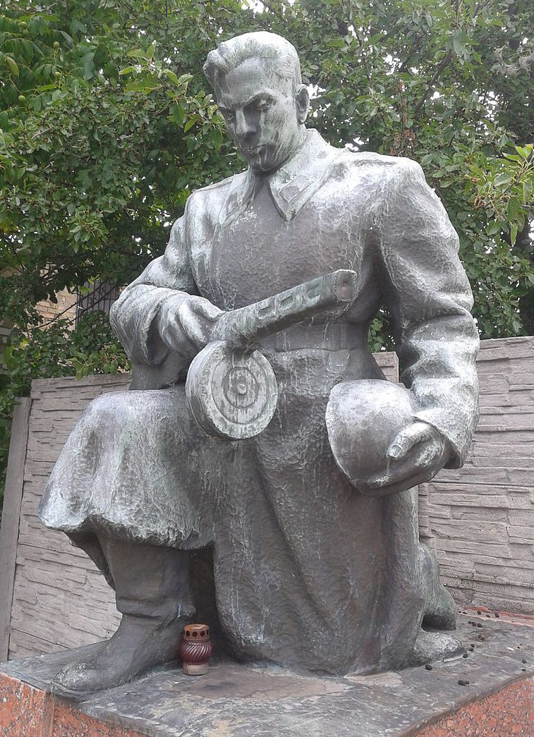 с. Скибин Броварского р-на. Памятник в центре села, установленный в 1954 году на братской могиле воинов, погибших в годы войны.