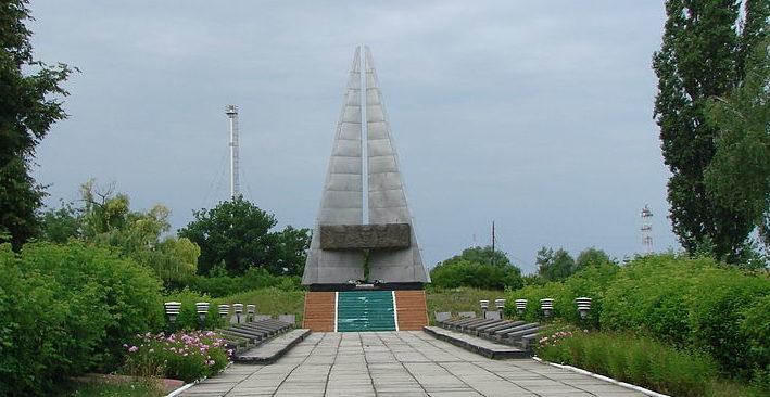 Памятник с братскими могилами.