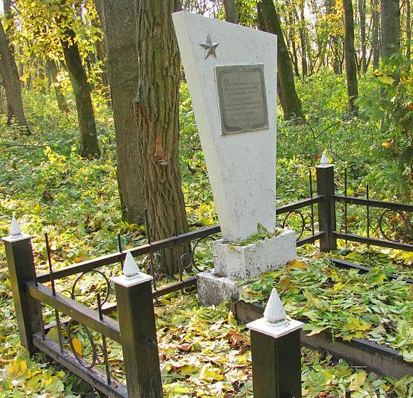 г. Яготин. Памятник у Дома культуры, установленный в 1954 году на братской могиле воинов, погибших в годы войны.