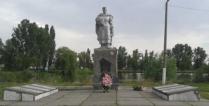 с. Требухов Броварского р-на. Памятник у Дома культуры, установленный в 1958 году на братской могиле воинов и партизан, погибших в годы войны.