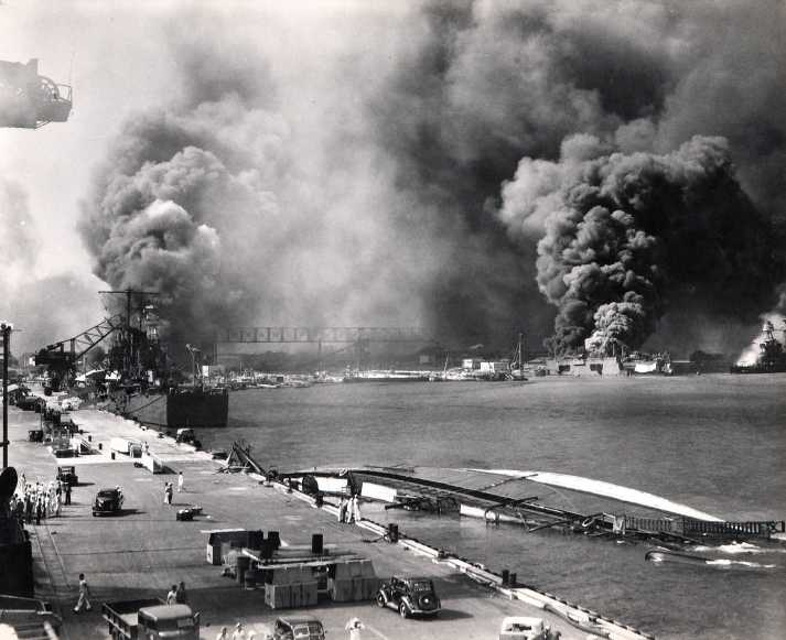 Вид с пирса на горящий эсминец «Shaw» и линкор «Nevada». 7 декабря 1941 г.