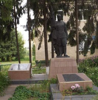 с. Леоновка Кагарлыкского р-на. Памятник в центре села, установленный на братской могиле 3 воинов погибших в годы войны.