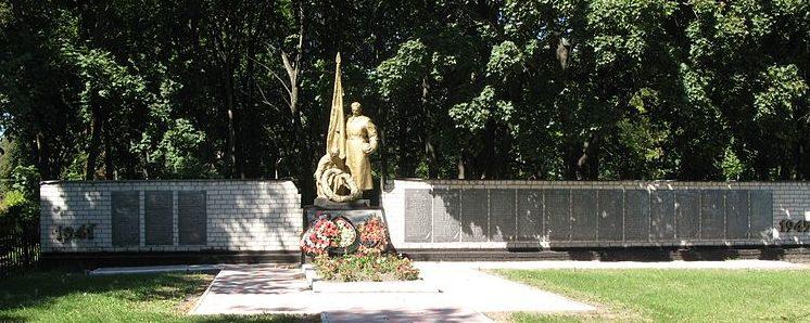 с. Слобода Кагарлыкского р-на. Мемориал в парке, установленный на братской могиле, в которой похоронено 42 воина, погибших в январе 1944 г.