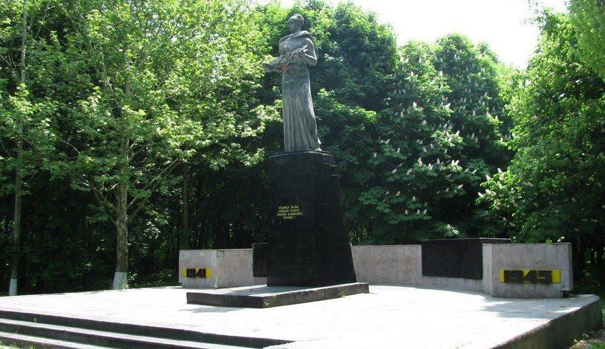 с. Чистоводное Белгород-Днестровского р-на. Памятник у клуба воинам-односельчанам, погибшим в годы войны.