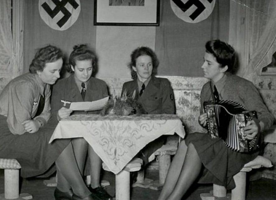 Женщины-служащие вспомогательной службы связи сухопутных войск на отдыхе.