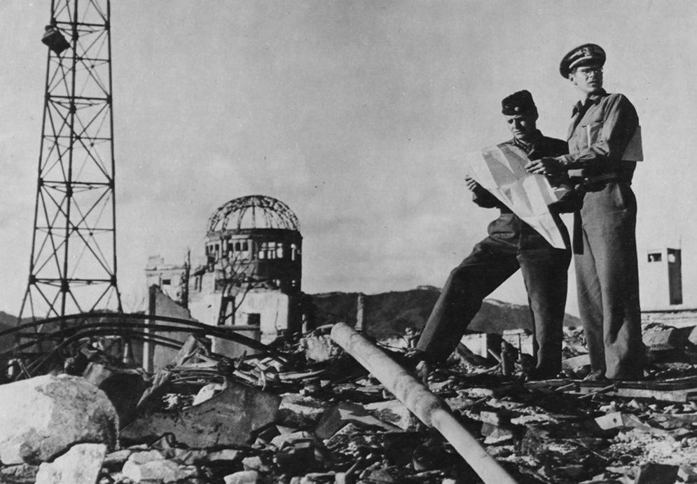 Сотрудники армии США исследуют район вокруг эпицентра взрыва в Хиросиме. Осень 1945 года.