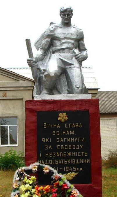 с. Буки Сквирского р-на. Памятник у Дома культуры, установленный в 1954 году воинам-односельчанам, погибшим в годы войны.