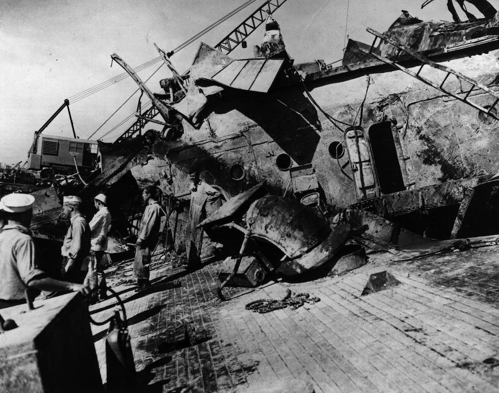 Подъем линкора «Оклахома». 28 февраля 1942 г.