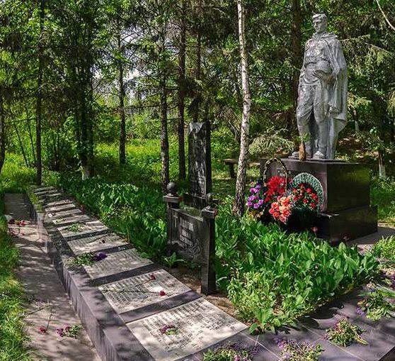 с. Ульяники Кагарлыкского р-на. Памятник воинам, погибшим в годы войны.
