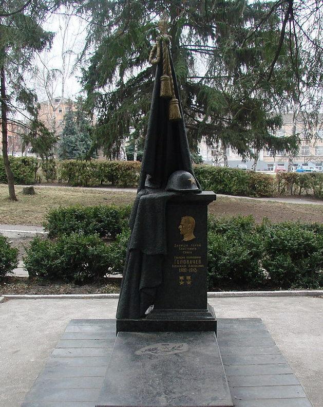 г. Васильков. Памятник в центре города, установленный в 1943 году на могиле дважды Героя Советского Союза А.А. Головачева.