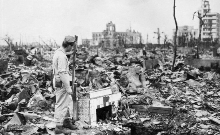 На руинах дома. Август 1945 г.